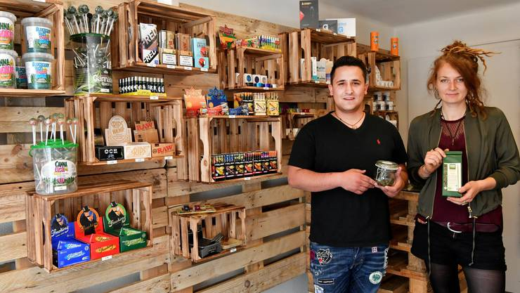 Geschäftsführer Georgios Siaminos und seine Mitarbeiterin Lucie Holzwarth im neu eröffneten Hanfshop «Mister Nice» an der Marktgasse.