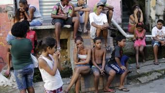 In den Armenvierteln von Brasilien wird der Ausbruch des Coronavirus zunehmend zum Problem, weil sehr viele Menschen unter ärmlichsten Verhältnissen auf engstem Raum zusammenleben. (Archivbild)