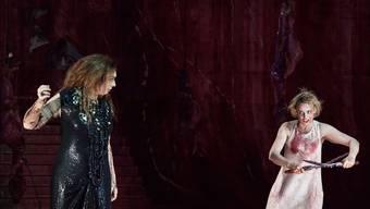 Elektra (Rachel Nicholls, rechts) sinnt auf Rache an der Mörderin ihres Vaters: ihrer Mutter (Ursula Hesse von den Steinen).