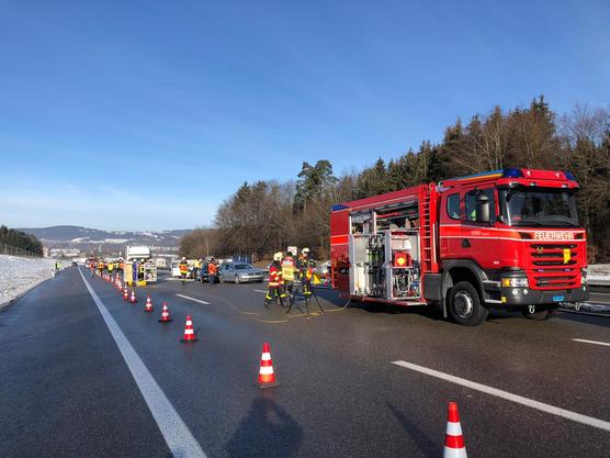 Bürenstich SG, auf der A1: Drei Unfälle mit zehn beteiligten Fahrzeugen. Eine Beifahrerin stirbt.
