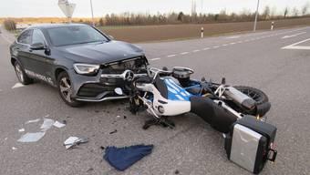 Beim Einmünden in eine Hauptstrasse übersah ein Autofahrer ein Motorrad. Dessen Fahrer wurde mittelschwer verletzt.