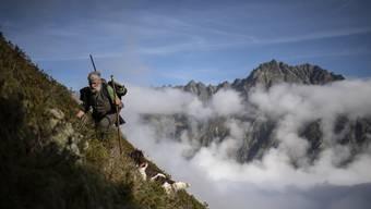 Jäger Peter Marugg mit Hündin Fjura auf der Gamspirsch