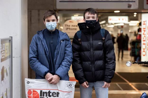 Michael Guthauser, links, und David Meier habe sich eine PlayStation gekauft. Rabatt gab es nicht. Black Friday in Aarau am 27. November 2020.