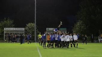 Die Urdorfer feiern ihren Trainer Gianni Musumeci.