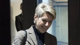Bundesratskandidatin Karin Keller-Sutter auf dem Weg zu einem Hearing. Sie gilt für die Nachfolge von Johann Schneider-Ammann als Kronfavoritin. (Archivbild)