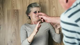 Geschlagen, misshandelt oder bedroht: Im Kanton Zürich waren letztes Jahr 297 Senioren von Gewalt betroffen. (Symbolbild)