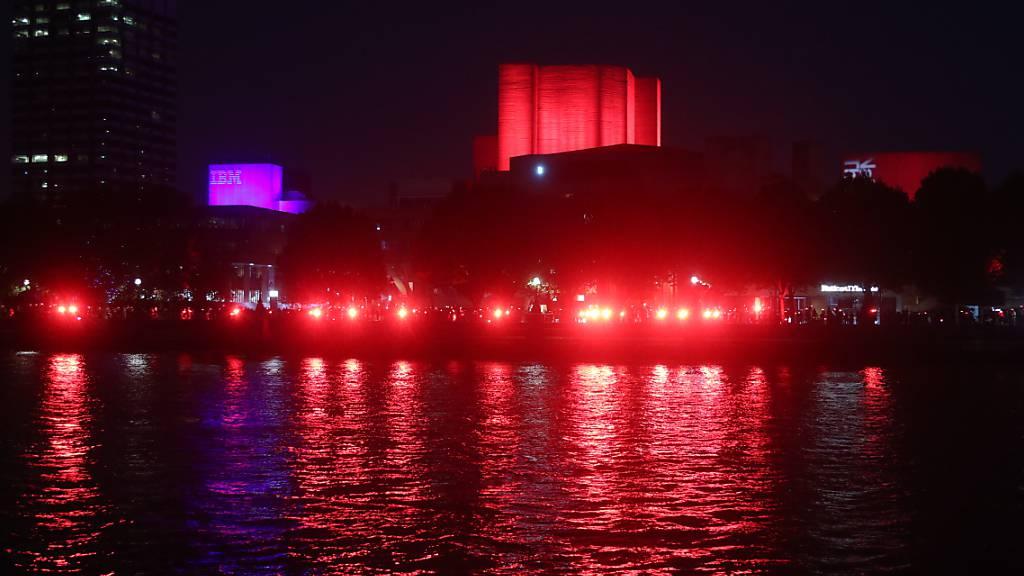 Wahrzeichen rot erleuchtet – Britische Kulturbranche ruft um Hilfe