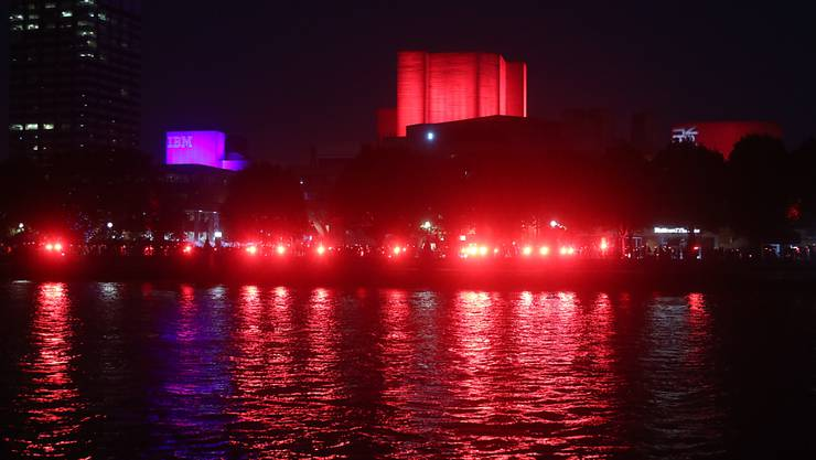 Das Nationaltheater in London und die South Bank werden rot beleuchtet, um auf über eine Million Arbeitsplätze in der Unterhaltungsindustrie aufmerksam zu machen, die nach dem Ausbruch des Coronavirus ohne finanzielle Unterstützung sind. Foto: Yui Mok/PA Wire/dpa