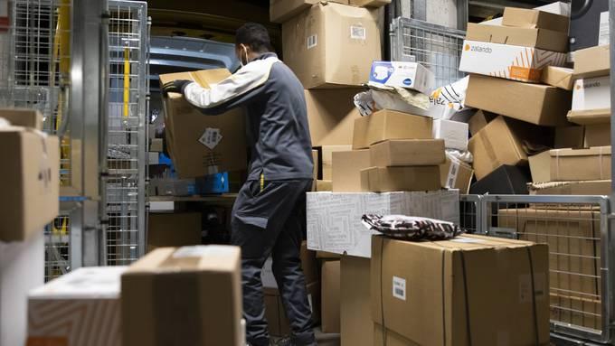 Die Post verarbeitet derzeit so viele Pakete wie noch nie zuvor. Mit den erneuten Ladenschliessungen wird die Bestellmenge nicht abnehmen.