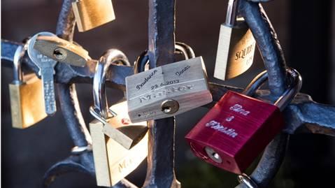 Liebesbeweis oder Sachbeschädigung? Vorhängeschlösser am Basler Käppelijoch. Roland Schmid