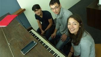 Am Klavier von links: Romal Dawlatzada (16), Ali Akbar Nasiry (18), beide aus Afghanistan, mit Klavierlehrerin Amira El Hachimi.
