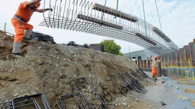 Auf Schweizer Baustellen wird viel gearbeitet (Archiv)