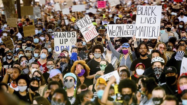 In vielen amerikanischen Städten, wie hier in Oakland, protestieren Demonstraten gegen Polizeigewalt und Rassismus.