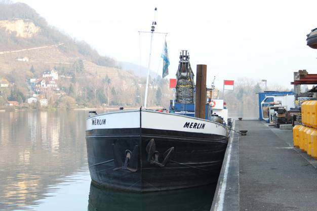 Die Bergung des havarierten Kiesschiffes, dessen Kranaufbau an der Flussohle hängen geblieben war, erwies sich als schwierig.