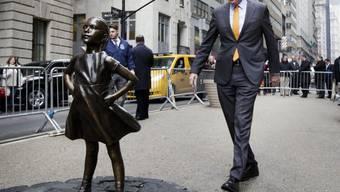 """New Yorks Bürgermeister Bill de Blasio trifft sich mit dem """"Fearless Girl"""". Die mutige Bronzestatue bleibt bis mindestens März 2018 in der Stadt. (Archiv)"""