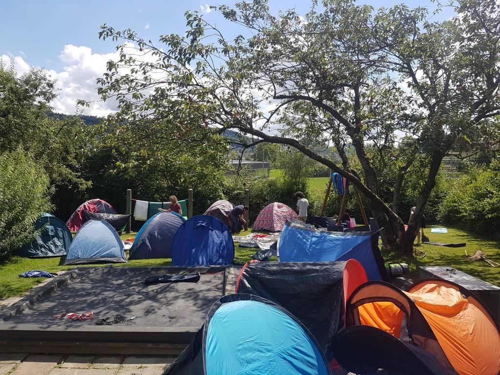 Die Zelte mussten gereinigt und getrocknet werden. (© zVg)