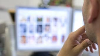 Der Lehrer soll Anfangs 2011 Videos von nackten Kindern beim Turnen gekauft haben. (Symbolbild)