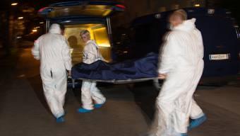 Beamte transportieren die Tote ab
