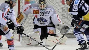 Zugs Goalie Jussi Markkanen hält dicht.