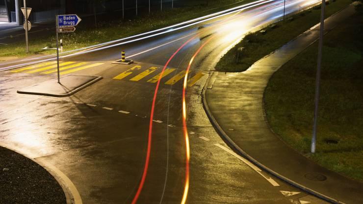 Blinken obligatorisch: Das Verlassen des Kreisels muss angezeigt werden; im Bild der Kreisel beim Einkaufszentrum Aarepark in Würenlingen. (Raphael Hünerfauth)