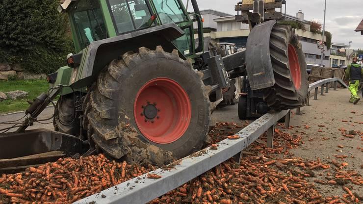 Am 24. Oktober kollidierten in Oberlunkhofen zwei Traktoren. Die Ladung Rüebli im Wert von 6'000 Franken kullerte über die Strasse.