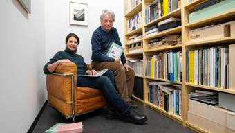 Sie freuen sich über das neueste Buch ihres Verlags: Flurina und Gianni Paravicini-Tönz.