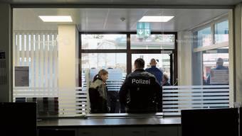 Blick vom Schalter der Stadtpolizei Schlieren/Urdorf und der Kantonspolizei nach aussen: Vor rund einem Jahr wurde der neue Posten an der Freiestrasse eröffnet. Was spielt sich darin ab?