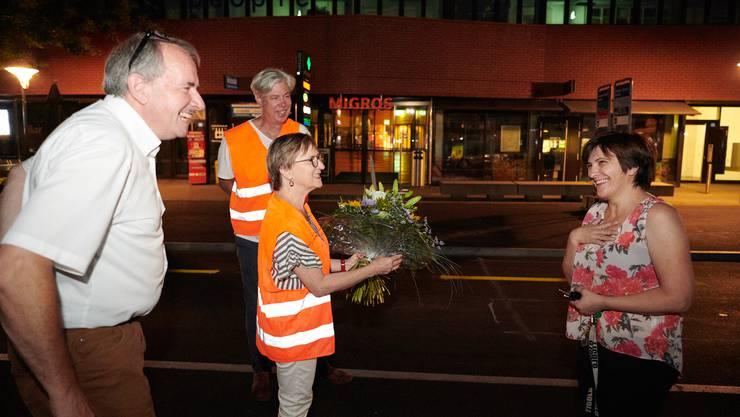 Die Schlieremer Stadträtin Manuela Stiefel verteilt Blumen an Gordana Bortic.