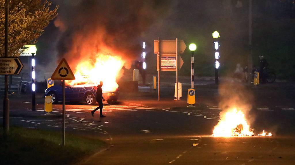 Brennende Autos in Nordirland – Angriffe mit Feuerwerkskörpern