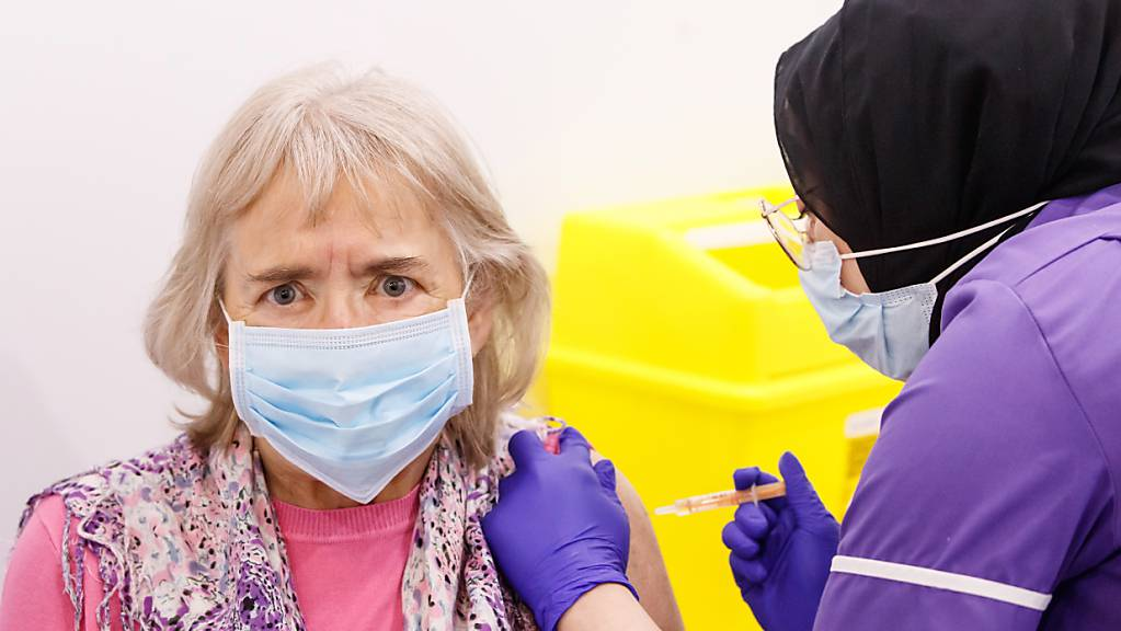 Eine Frau erhält in Leeds im Impfzentrum Elland Road eine Impfung mit dem Astrazeneca-Impfstoff. Foto: Danny Lawson/PA Wire/dpa