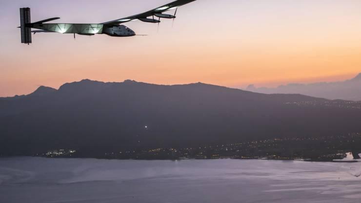 """Der Schweizer Sonnenflieger """"Solar Impulse 2"""" mit Pilot André Borschberg beim Landeanflug auf Hawaii. Die nächste Etappe soll nicht vor August in Angriff genommen werden (Archiv)"""