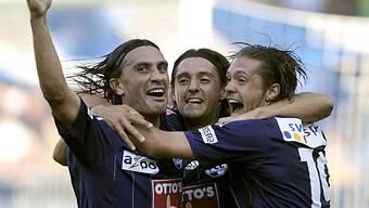 Yakin (l.) und Winter (r.) feiern FCL-Doppeltorschütze Ferreira