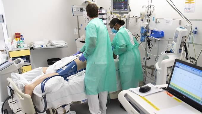 Ein Coronavirus-Patient wird am Lausanner Universitätsspital Chuv behandelt. (Archivbild)
