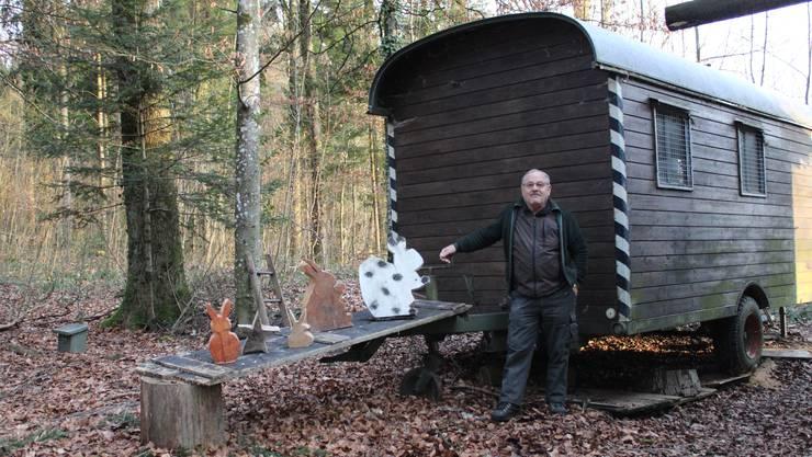 Fridolin Flury mit seinen Werken vor dem alten Mannschaftswagen im Heimlisberger Wald.