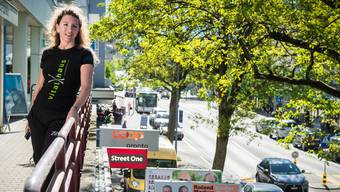Denise Zumsteg betrachtet das Treiben auf der Landstrasse, wo am ersten Advent die Läden geöffnet sind.