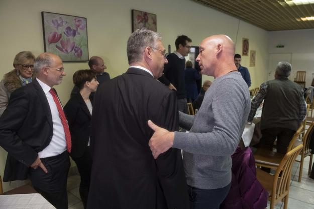Filippo Lombardi (links) wird nach der Abwahl vom Präsidenten der FDP Tessin getröstet.