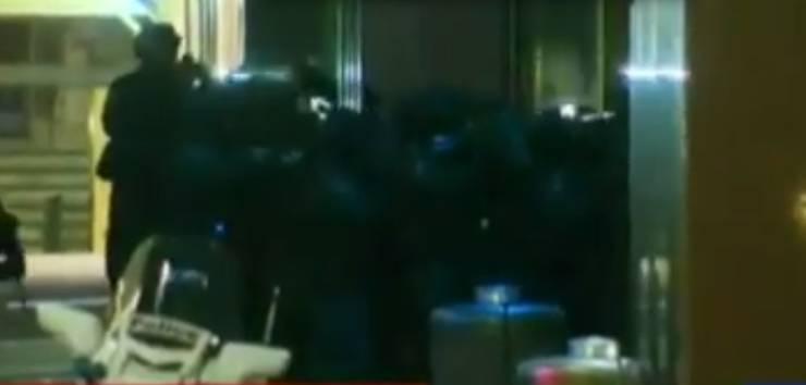 Die Polizei stürmt das Lindt-Café.