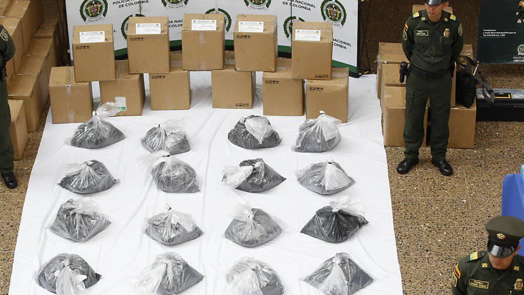 Ein Drogenspürhund erschnüffelte das Kokain: In zwei Aktionen in Mexiko und Kolumbien beschlagnahmte die Polizei zwei Tonnen der Droge.