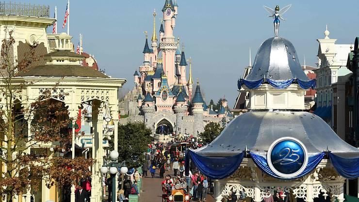 """Die """"Hauptstraße"""" im Disneyland Paris. (zu dpa """"Disneyland Paris öffnet im Juli wieder für Besucher"""") Foto: Bertrand Guay/AFP/dpa"""