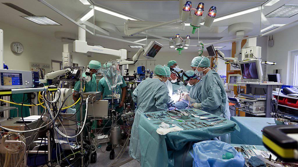 Das Schweizer Gesundheitswesen ist eines der teuersten der Welt. Die Kosten wachsen in den nächsten Jahren ungebremst weiter. (Archivbild)