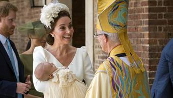 Am Montagnachmittag wurde jüngste britische Thronfolger Louis Arthur Charles getauft. Die Queen liess sich für die Feierlichkeiten entschuldigen.
