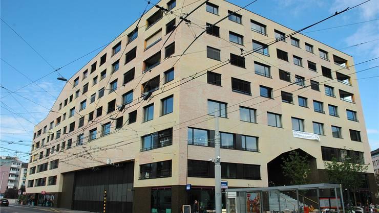 Die Genossenschaftssiedlung Kalkbreite in Zürich Wiedikon gilt als Musterbeispiel für eine lebhafte Mischung aus Wohnungen, Läden und Beizen – und sie ist autoarm.mts