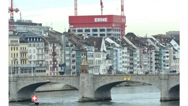 Eine Aargauer Baufirma verändert das Basler Stadtbild mit ihrer Werbung auf dem neuen Biozentrum. Foto: Nicole Nars-Zimmer
