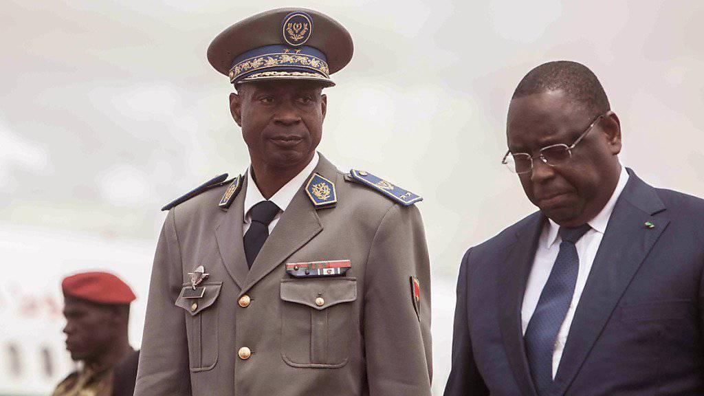Putschistenführer Diendéré (mit Uniform) und Senegals Staatschef Macky Sall in Ouagadougou.