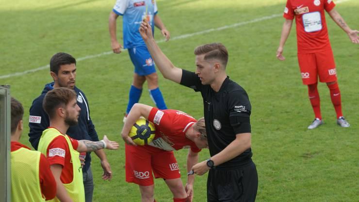 Gelbe Karte für den bereits ausgewechselten Milan Marjanovic in der Nachspielzeit. Schiedsrichter Aleksandar Vidic zückt den Karton, FCD-Trainer João Paiva kanns kaum fassen.