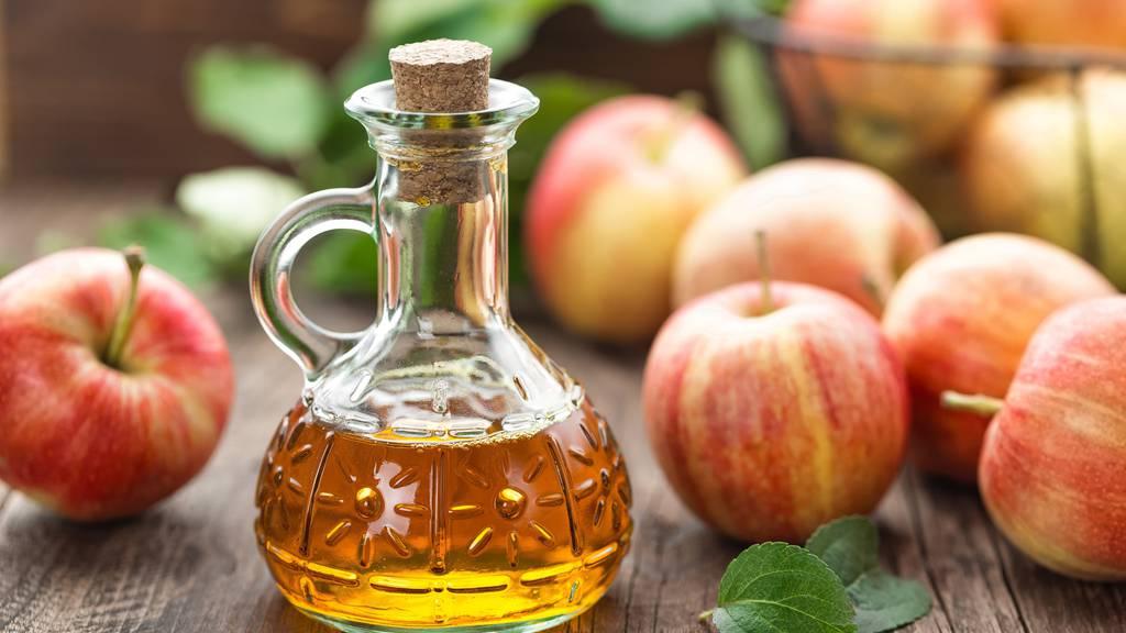 Apfelessig eignet sich nicht nur für Salatsaucen.