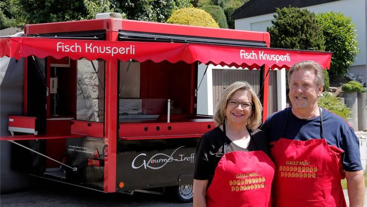 Monika und Walter Lüscher vor ihrem «Fischknusperli-Wagen».