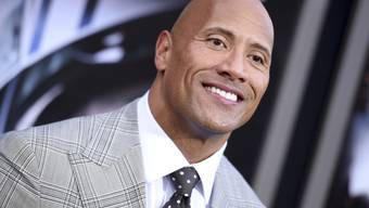 ARCHIV - Dwayne «The Rock» Johnson hat vor seiner Schauspieler- und Wrestler-Karriere in der Uni-Mannschaft seines Colleges erfolgreich Football bei den Miami Hurricanes gespielt. Foto: Richard Shotwell/Invision/AP/dpa
