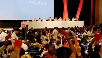 Die Delgierten am SP-Parteitag in Lugano bei der Abstimmung