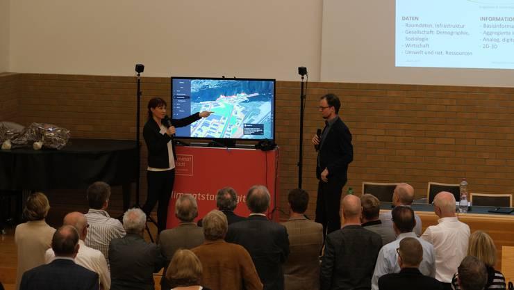 Esther Thiébaud und Matthias Knuser zeigen den ZPL-Delegierten der Zürcher Planungsgruppe Limmattal, wie 3D-Modelle Entwicklungsprozesse unterstützen können. (Archiv)